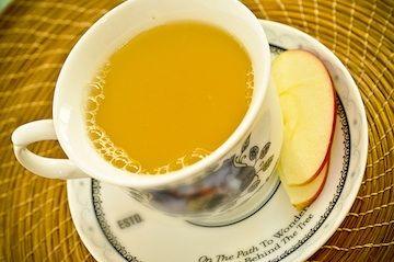 Chá de Maracujá e Maçã    Casca e polpa de 1 maracujá    1 maçã com casca, cortada em 4    4 xícaras (chá) de água    Mel, açúcar, ou adoçante a gosto