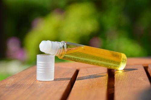 Parce qu'on a beau faire son maximum pour avoir une peau impeccable... et qu'il y a toujours un bouton qui se pointe au mauvais moment ! Ingrédients (pour un roll-on de 10ml): 8 ml d'huile végétale...