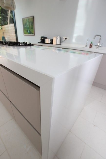 White quartz kitchen worktop