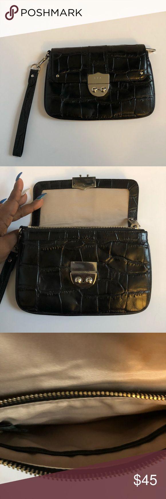 Ralph Lauren Wristlet Excellent condition. Barely used. No stains in the inside Lauren Ralph Lauren Bags Clutches & Wristlets