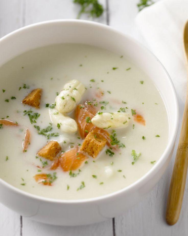 Een heel makkelijke en smaakvolle aspergeroomsoep met blokjes zalm, geblancheerde aspergepunten en croutons. Perfect als feestelijke lunch of voorgerecht.