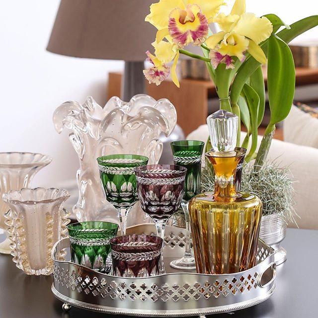 Mesa bar com a charmosa bandeja Madeleine, licoreira, copos, taças de cristal Strauss e Muranos ...