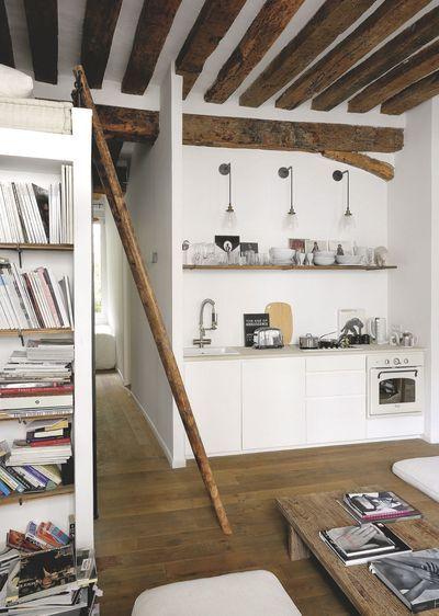 Une cuisine minimaliste alliant bois d'origine et vaisselle de luxe