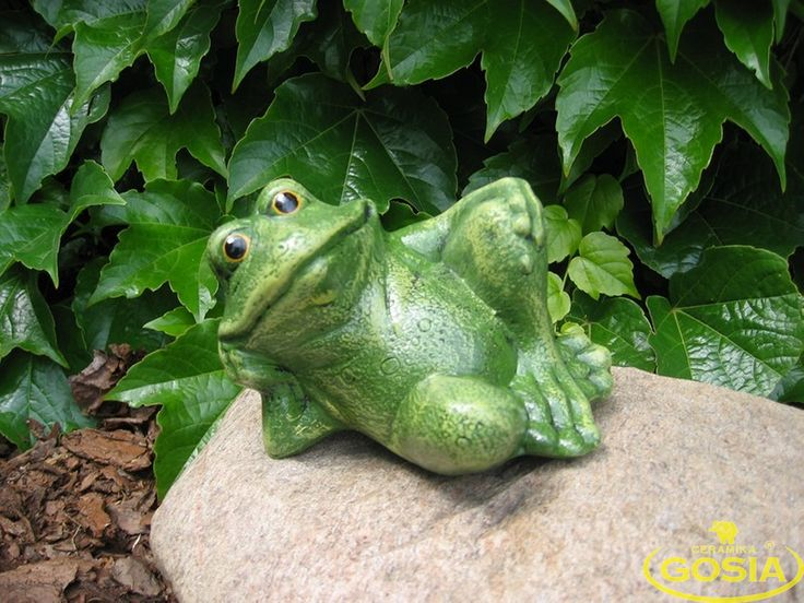Żaba leżąca podparta - figurka ceramiczna ogrodowa