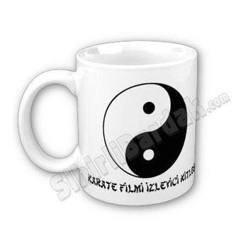 Komik hediyeler ile çay ve kahve keyfinizi daha keyifli bir hale getirebilirsiniz. Karate Filmi İzleyici Kitlesi Bardak seçenekleri için tıklayın.  http://www.sihirlibardak.com/komik-tasarimlar/karate-filmi-izleyici-kitlesi.html