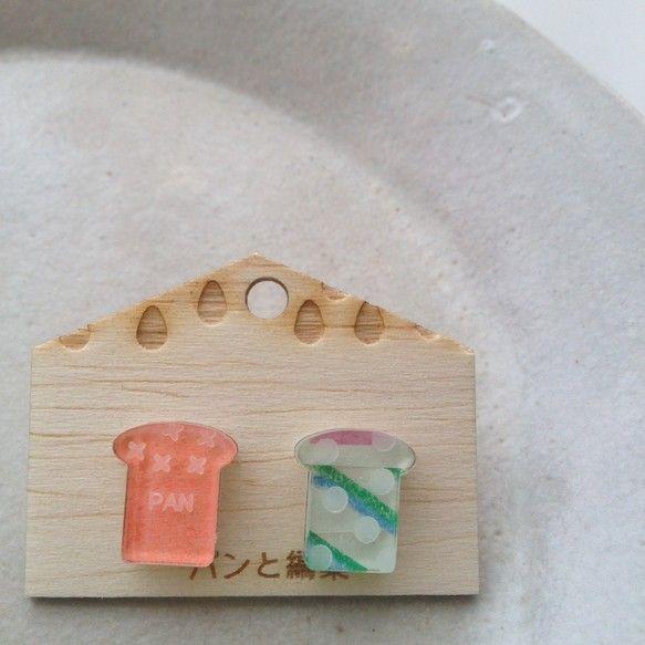 =============レトロ紙入り/食パンピアス◎=============アクリル製のピアスです。表側にはガラス色、裏側には乳白色のアクリルを使用してい...|ハンドメイド、手作り、手仕事品の通販・販売・購入ならCreema。