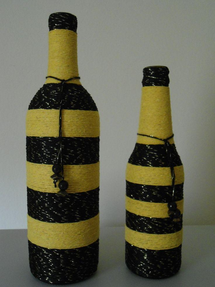 kit Garrafa de vidro coberta com fio de linha <br>nas cores amarelo e preto com detalhe dourado