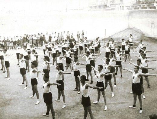 Μαθητές της Βαρβακείου Σχολής σε γυμναστικές επιδείξεις. (Δεκαετία '30, Φωτογραφικό αρχείο ΕΛΙΑ-ΜΙΕΤ)