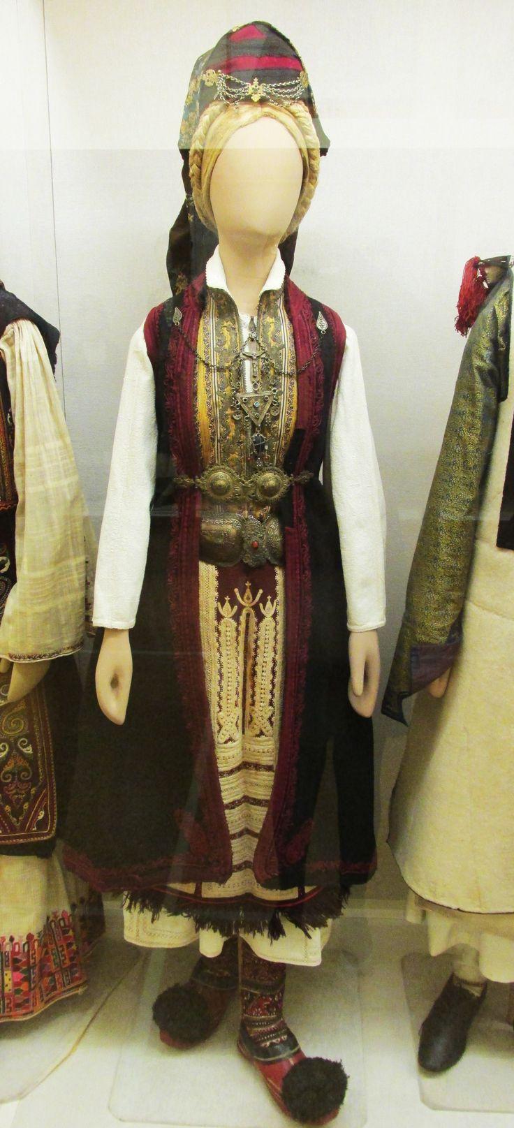 Γυναικεία παραδοσιακή φορεσιά απο το Σούλι της Ηπείρου.(Εθνικό Ιστορικό Μουσείο,Αθήνα)