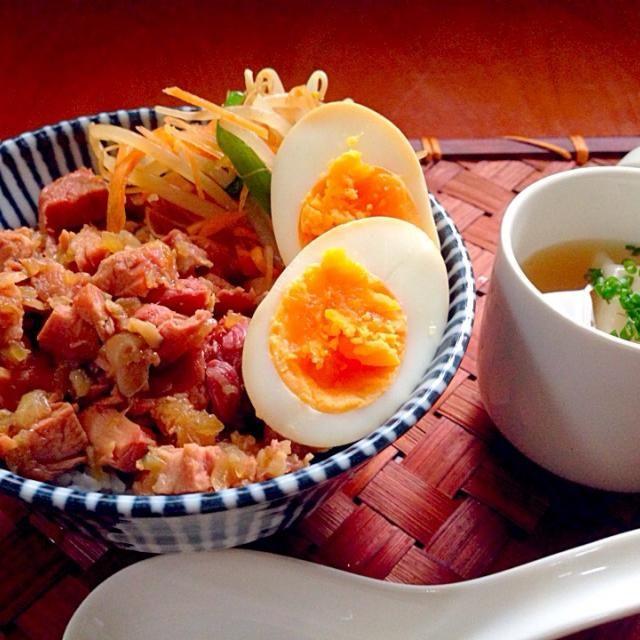 八角(五香粉)の風味が効いたあまじょっぱい豚バラ肉の煮込みを乗せたどんぶりご飯にチビ〜ズも大興奮簡単に作れるのも嬉しい❗️ 魯肉飯(ルーローファン、台湾語: ローバープン)は、台湾の煮込み豚肉かけ飯。滷肉飯(発音は同じ)と表記することも。 バラ肉など脂身を多く含んだ豚肉を細切れにし、甘辛い煮汁で煮込み、煮汁ごと白米の上に掛けた丼物。 台湾では庶民から親しまれてほとんどの定食屋、食堂で見ることができる料理。 - 113件のもぐもぐ - Minced pork rice魯肉飯 by Ami