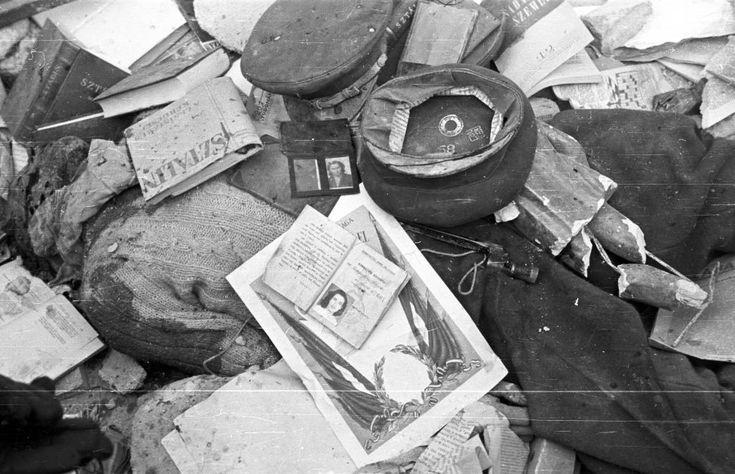 Köztársaság tér, holttest a pártházból kihordott holmikkal takarva.