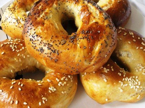 I Bagel sono saporite ciambelle salate diffuse in Nord America ma in realtà importate dalla cucina ebraica che vengono preparate immergendo i bagel i...