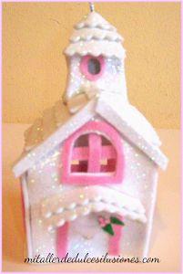 Con goma eva podrás decorar tu árbol de Navidad. ¿Cómo? Haciendo estas casitas tan monas.