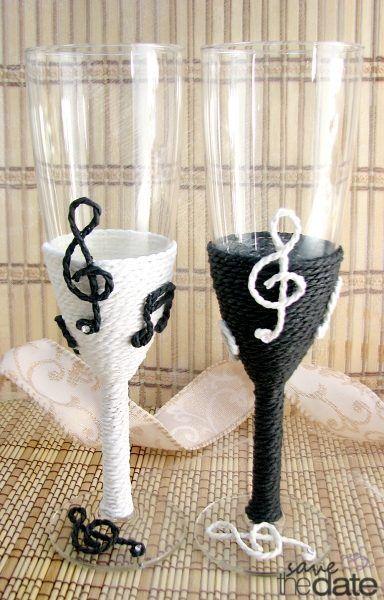 Set pahare miri cu note muzicale.