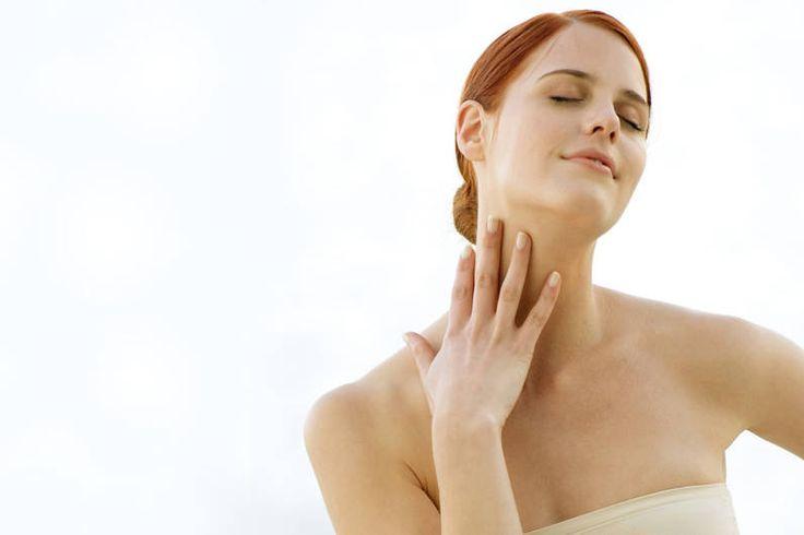 Schnelle Hilfe bei Nackenschmerzen: Ursache sind in 80 Prozent der Fälle Verspannungen durch einseitige Belastung oder Stress. Hier sind 7 Tipps, die dich schnell wieder locker und schmerzfrei machen.