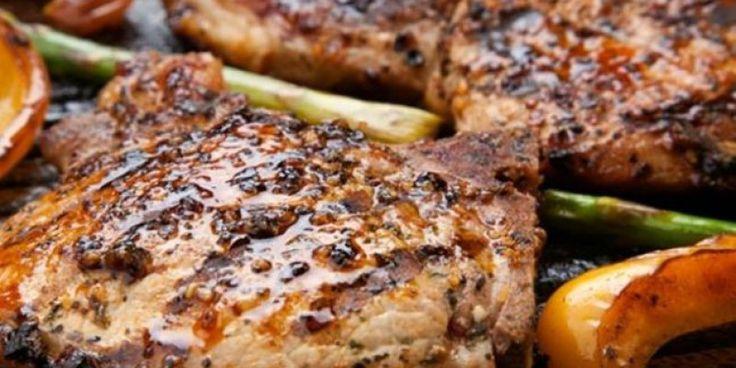 Χοιρινά μπριζολάκια με σως μοτσαρέλας και μπέικον