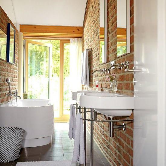 wąska łazienka ze ścianami z czerwonej cegły  - Lovingit.pl