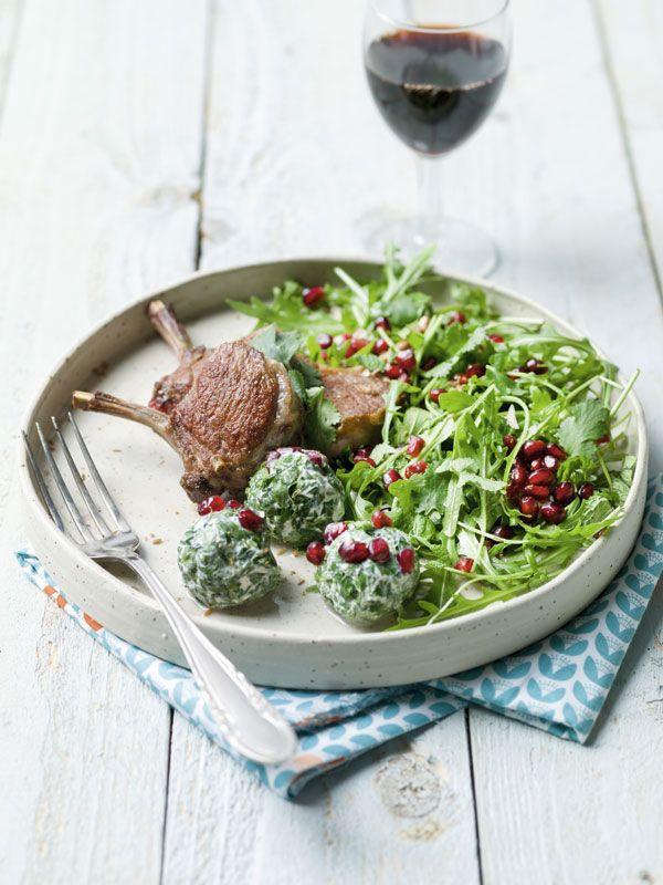 Labneh met granaatappel, verse kruiden en gegrilde lamskotelet