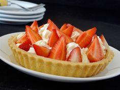 Les fruits rouges sont de retour sur les étals et les premières fraises sont franchement excellentes ... Profitons - en. Voici une petite tarte sympa et très goûteuse avec ses fraises et sa crème légère au mascarpone .. J'ai pour habitude de partager...