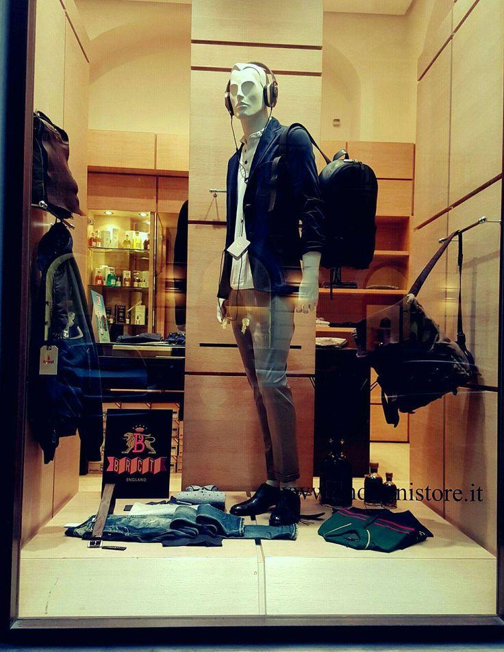 La nostra vetrina Uomo per questa settimana propone un #look dal sapore metropolitano. Immergiti in nuove dimensioni, alla scoperta di quel fermento tipicamente urbano con uno #stile pratico e #casual: giacca #Cruciani, t-shirt #RobertoCollina, #jeans #Dondup, cuffie #Pryma, calzature #Henderson e zaino in spalla #Orciani. Una combinazione perfetta per un #mood contemporaneo e dinamico.  Vieni a trovarci in #boutique ! www.andrianistore.it