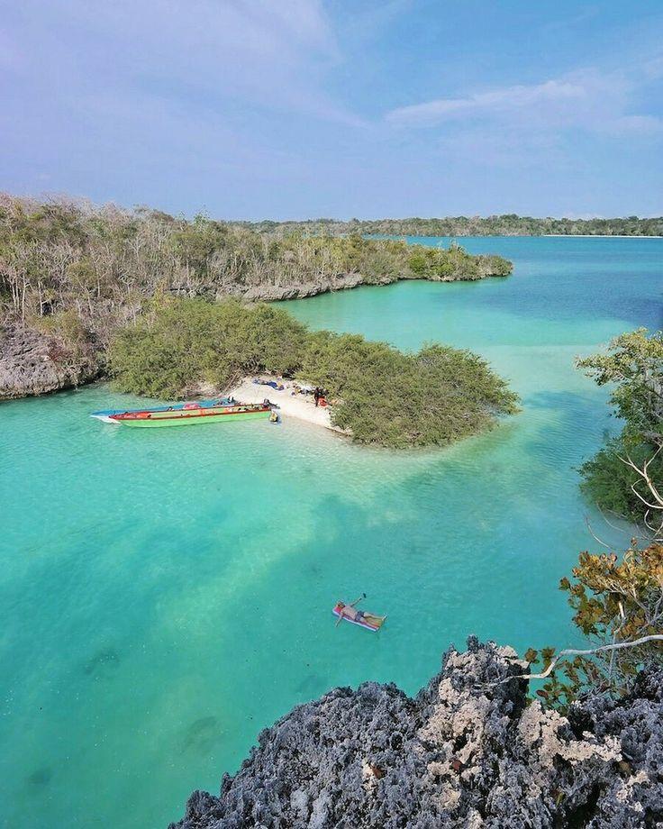 Salah satu kecantikan yang di miliki Kota Tual adalah Pulau Bair. Pulau ini memiliki keunikan dan daya tariknya sendiri yaitu memiliki dua teluk yang cantik dengan air lautnya yang berwarna hijau, air lautnya pun tenang dan sangat jernih sehingga kita dapat melihat taman laut yang berada di bawahnya.  Next Trip Kepulauan Kei, Maluku Tenggara.   01 – 04 September 20 – 24 September (5D4N) 27 – 30 Oktober 24 – 27 November 29 November – 3 Desember 22 – 25 Desember  WA 082213546018