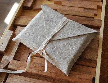 Eleanor - This package is really simple, only use cloth and riband. However, the collocation of these two materials make a different feeling of this package. It may not gorgeous, but the classic feeling makes people soft and relax.