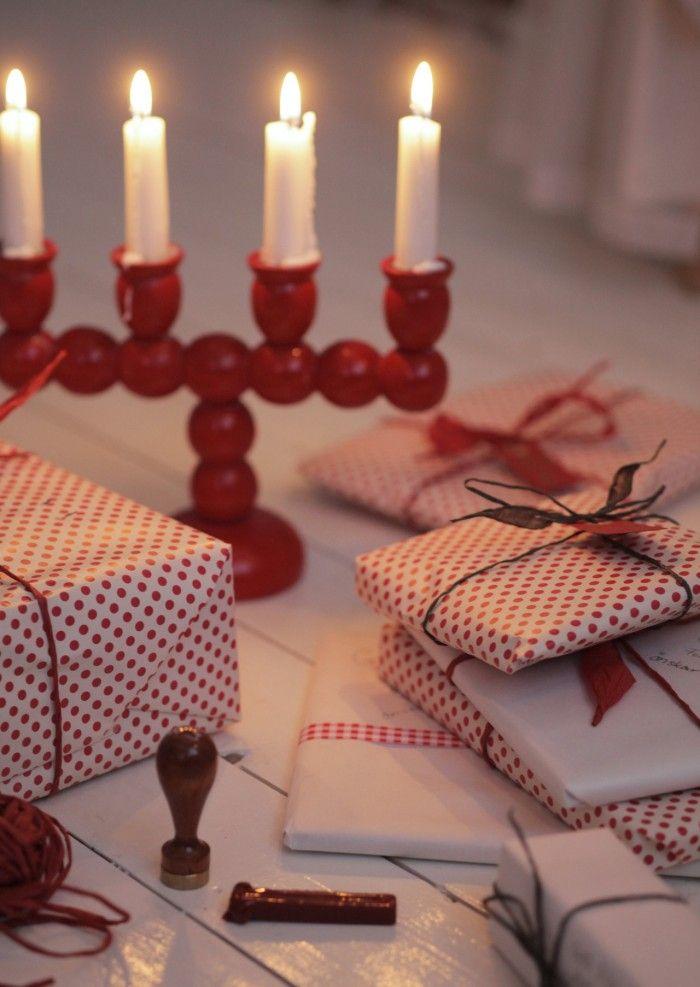 """Andra saker som sätter tonen för en gammaldags jul; röda äpplen, pepparkakor i fönsterna, gamla oxiderade änglaspel, granris på farstubron, julkärve i trädgården, änglakristyrer, smällkarameller i silkespapper, hemmstöpta grenljus, gran eller tallris i krukor med röda pärlor som """"lingon"""" och patinerade gamla julkrubbor och julkyrkor."""