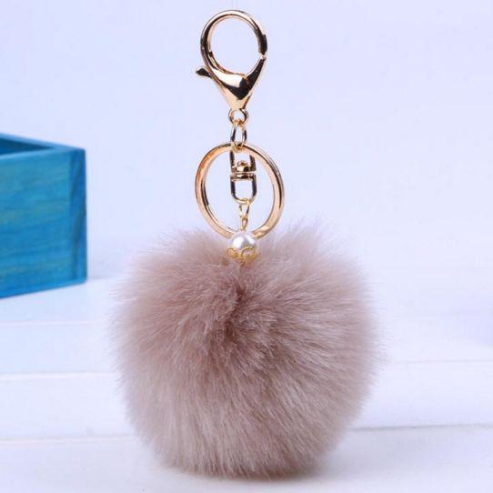 My furry pom pom met zilveren sleutelhanger. Leuk voor aan je tas of sleutel. Een parel als extra decoratie. Door deze zachte bol van 8 cm heb je een sleutel snel gevonden. Ook leuk om cadeau te geven!