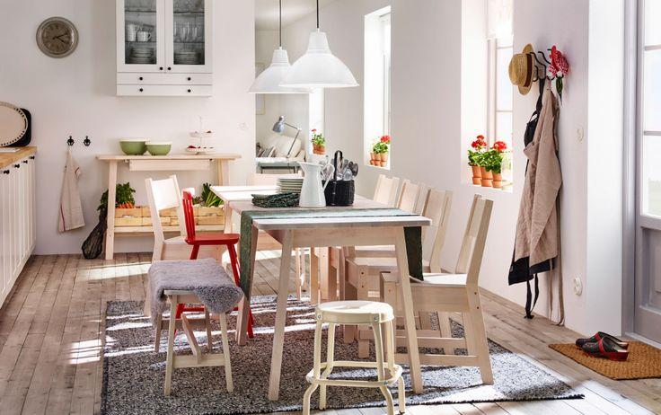 Zona pranzo con tavolo e sedie trattati con mordente bianco.