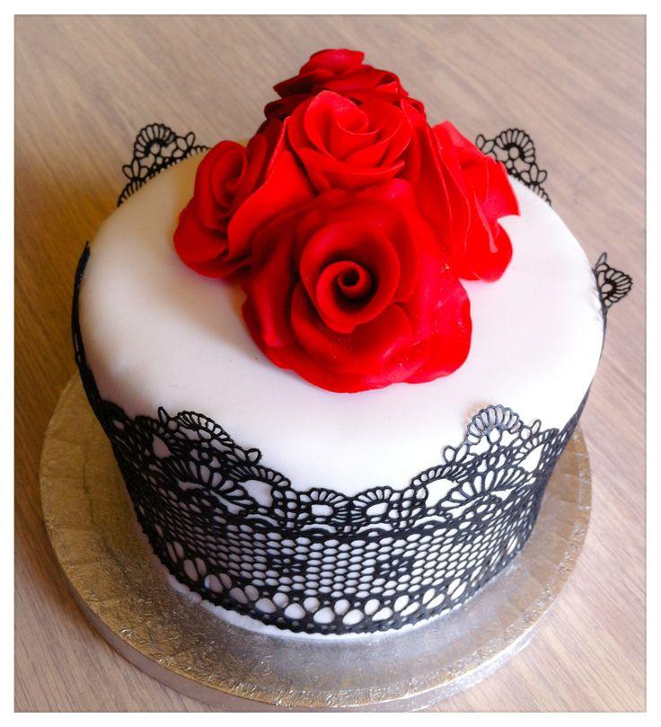 Tarta Decorada Con Fondant Encaje Negro Y Rosas Rojas