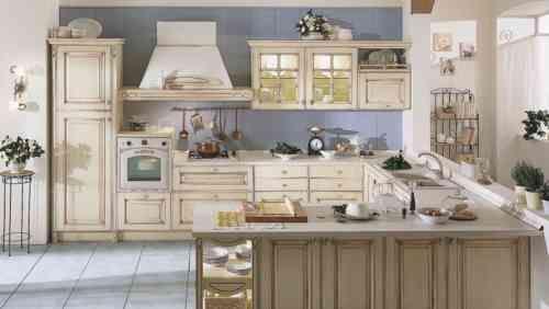 cuisine style campagne avec meubles en beige et mur bleu