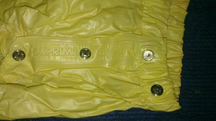 Ja stimmt früher (2009) kräftige gelbe Gummihose und ganz schön weiche Folie aus Suprima! Heute etwas stimmt nicht und schlechte Folie! Etwas heller.