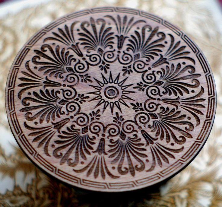 Podkładka pod kubek z wygrawerowanym greckim wzorem, drewno bukowe, śr. 10 cm, wykończone olejem z orzecha włoskiego. #PracowniaKonkretu #trivet #wood #plywood