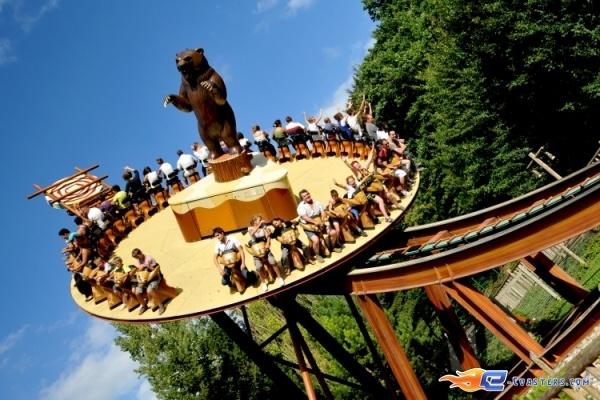 3/8 | Photo du Roller Coaster Le Grizzli situé à Nigloland (France). Plus d'information sur notre site http://www.e-coasters.com !! Tous les meilleurs Parcs d'Attractions sur un seul site web !! Découvrez également notre vidéo embarquée à cette adresse : http://youtu.be/LM94OlVKRHY