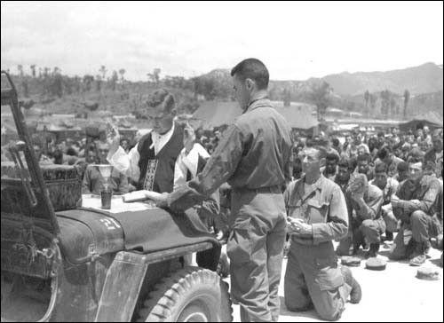 ▲ 1951. 6. 12. 원주, 미군들이 야전에서 미사를 보고 있다