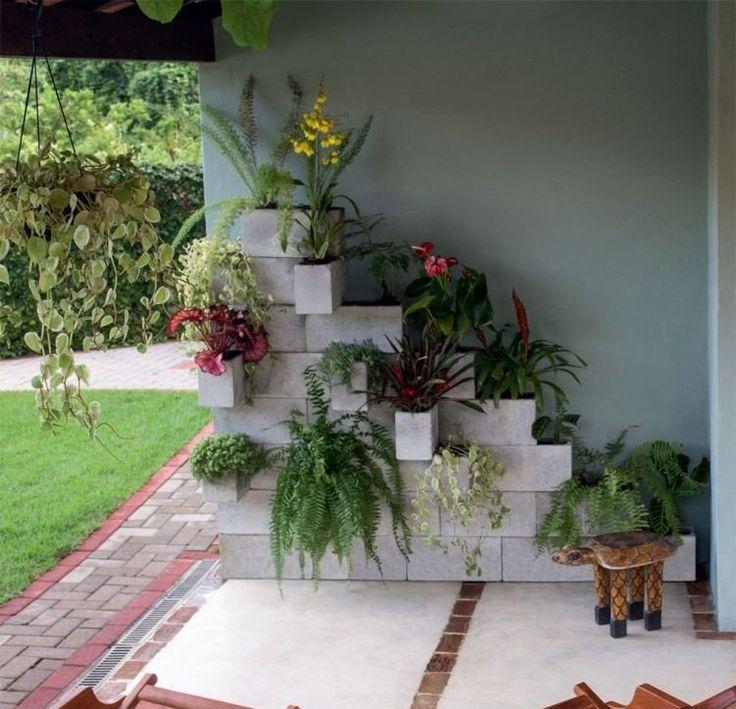 parpaings de béton pour créer un mur végétal sur la terrasse