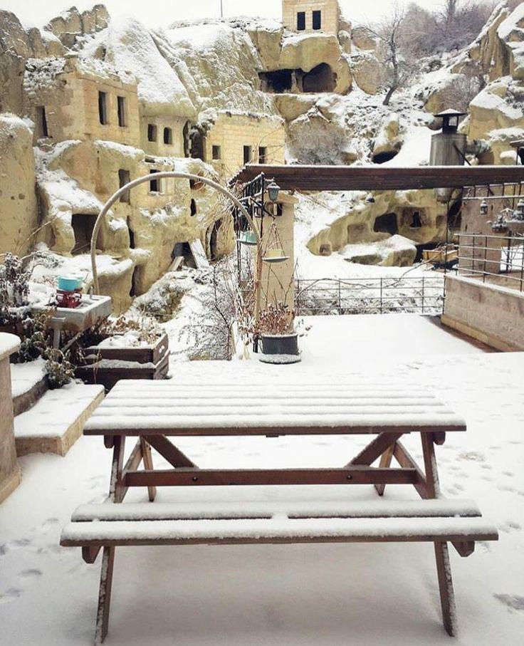 Kapadokya Öykü Evi'nin bahçesinden kar manzaraları. ☃️❄️🌨 Şubat ayında rezervasyonunu yapan balayı çiftlerine tüm yıl boyunca %15 @kucukoteller indirim fırsatı var. Otelin şimdiki fiyatları hali hazırda %40 indirimli, 01 Nisan'a kadar geçerli. Şimdi Kapadokya zamanı.. 0384-3545852 www.kucukoteller.com.tr/oyku-evi-cave #oykuevi #kapadokya #urgup #kucukotelleroykuevi
