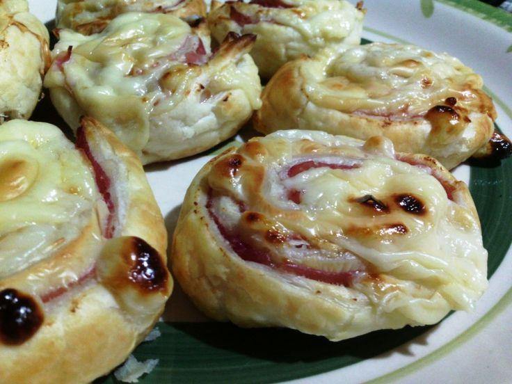 Rollitos de hojaldre con jamón y queso - Rollitos de hojaldre al horno - Rotolini di prosciutto e sottilette - Hot ham & cheese party rolls