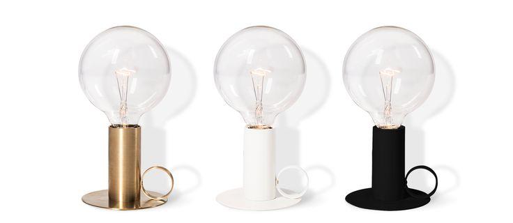 Svenska Rubn har uppdaterat sin redan fina kollektion lampor med en bordslampa inspirerad av en klassisk kammarljusstake, med dimmer (håll inne knappen för stegvis ökning). Den låga ljusstyrkan gör att Nimbus ger en varm allmänbelysning där den ställs. Finns i mässing, vit eller svart. Välj utförande i menyn nedan.