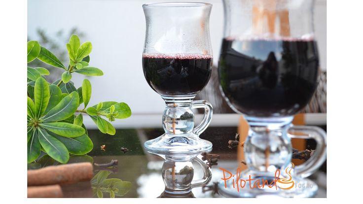 Quentão com vinho e cachaça  Ingredientes – 2 litros de vinho tinto suave; – 200 ml de água; – 100 ml de cachaça; – 250 g de açúcar; (o ideal é adicionar aos poucos e provar porque pode ficar bem doce conforme o vinho usado) – 2 canelas em casca; – 12 cravos; – 8 rodelinhas fininhas de gengibre;   Preparo Coloque todos os ingredientes numa panela grande e misture. Leve ao fogo e quando levantar fervura, deixe por mais uns 10 minutos em fogo baixo. Depois é só servir.