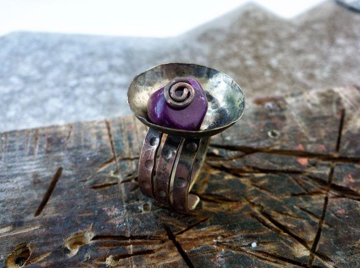 Δαχτυλίδι από σφυρήλατο μπρούτζο, και πέτρα αμέθυστου, με πατίνα φλόγας