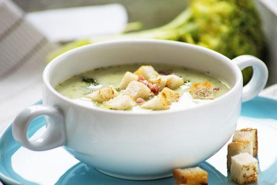 Die cremige Broccolisuppe ist eine leichte und feine Vorspeise. Ein super Rezept für kalte Tage!