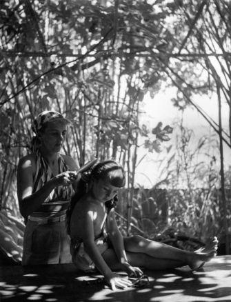 Les nattes - Toulon 1949   Robert Doisneau