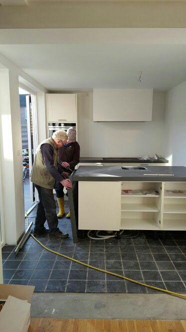 Cemento Letano zijwand wordt gemonteerd in keuken project Weinheimer