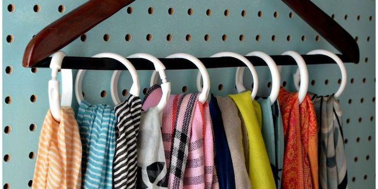 Per le sciarpe, guardate che carina questa idea che si realizza con gli anelli in plastica delle tende da doccia.