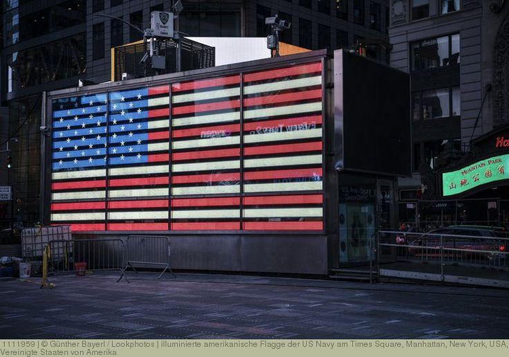 illuminierte amerikanische Flagge der US Navy am Times Square, Manhattan, New York, USA, Vereinigte Staaten von Amerika