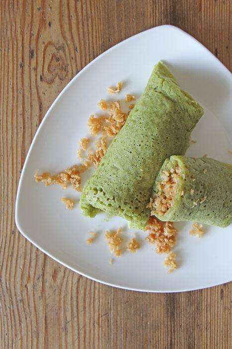 Kueh Dadar (vegane Matcha Crepes mit Kokosfüllung)