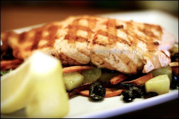 Salmon cu legume sotate - El Bistro homemade.