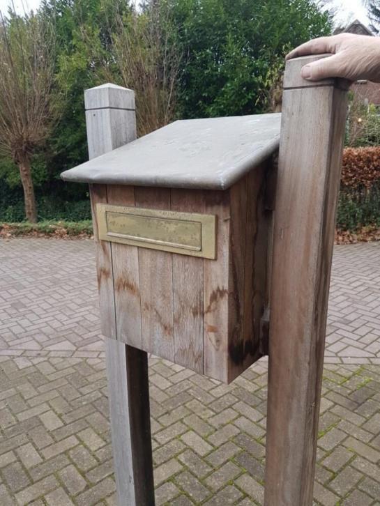 Hardhouten brievenbus koperen dak