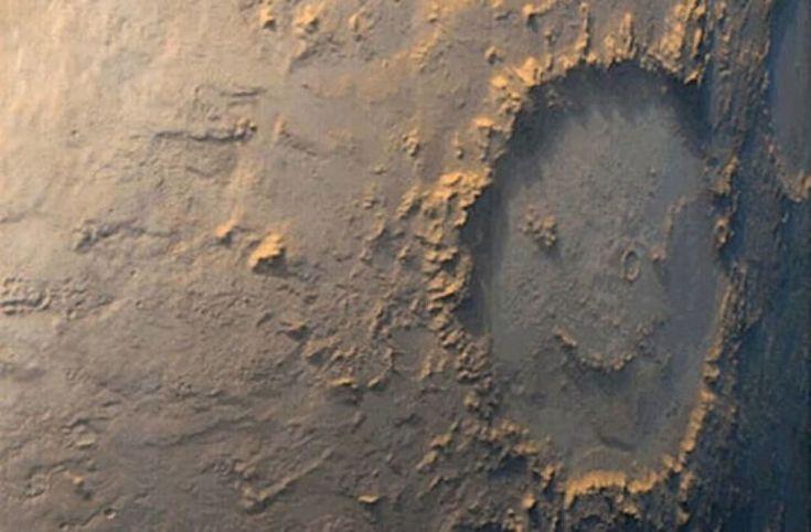 Sonde, satelliti ed esplorazioni per scoprire i misteri dello spazio ma  anche per scovare - complici effetti di luce e prospettive - simpatiche e  stravaganti forme. E così, i crateri di Marte possono rivelare volti  sorridenti e le nebulose avere l'aspetto di cavalli e uccelli  variopinti.